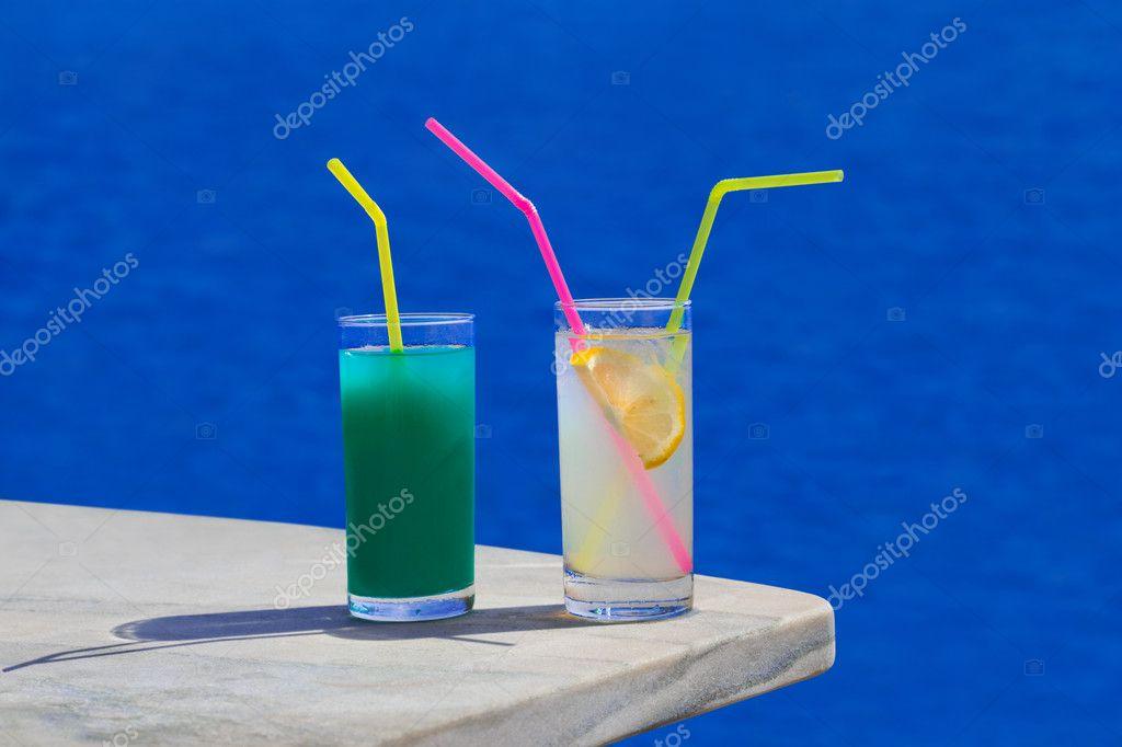 dois coquetéis na mesa na praia — Fotografias de Stock