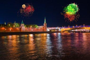 Moskova'daki kremlin üzerinde havai fişek