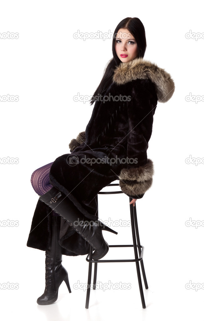 беспокойством девушка в меховых сапогах лежит на синтезаторе прыжок уже далеко