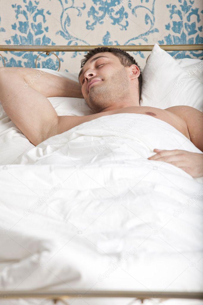 Фото мужиков спящих в ночнушке зрелой