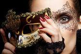 wunderschöne Frau in Maske