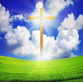 Photo Easter cross over green field and blue sky