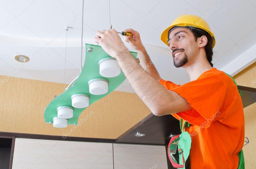 Elektriker arbeiten an der Verkabelung der Beleuchtung — Stockfoto ...