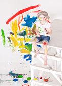 dívka v čepici s barvami