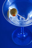 Photo Martini on blue background