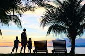 Fotografia sagome di madre e due bambini