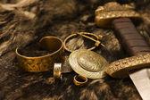 Fotografie Zátiší s skandinávské šperky a meč na kožešině