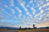 Fotografie malebné mraky nad americké silnice