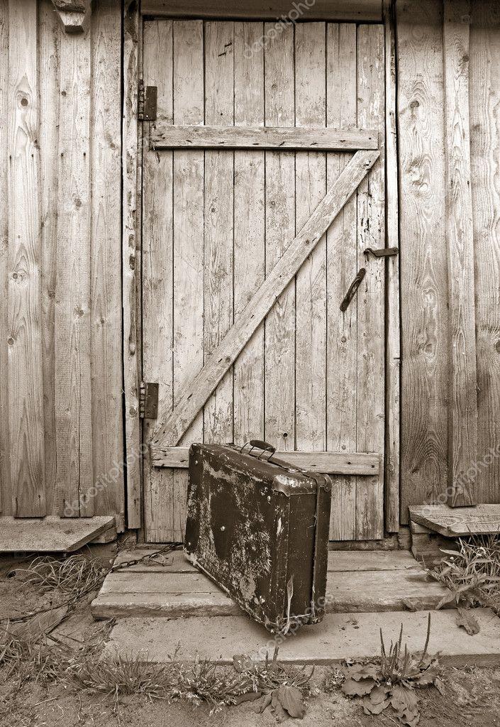 Vieille valise pr s de la porte en bois s pia photo for Vieille porte en bois