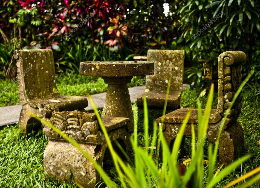 Ronde Stenen Tafel.Oude Stijl Steen Ronde Tafel En Stoelen In Een Tuin Stockfoto