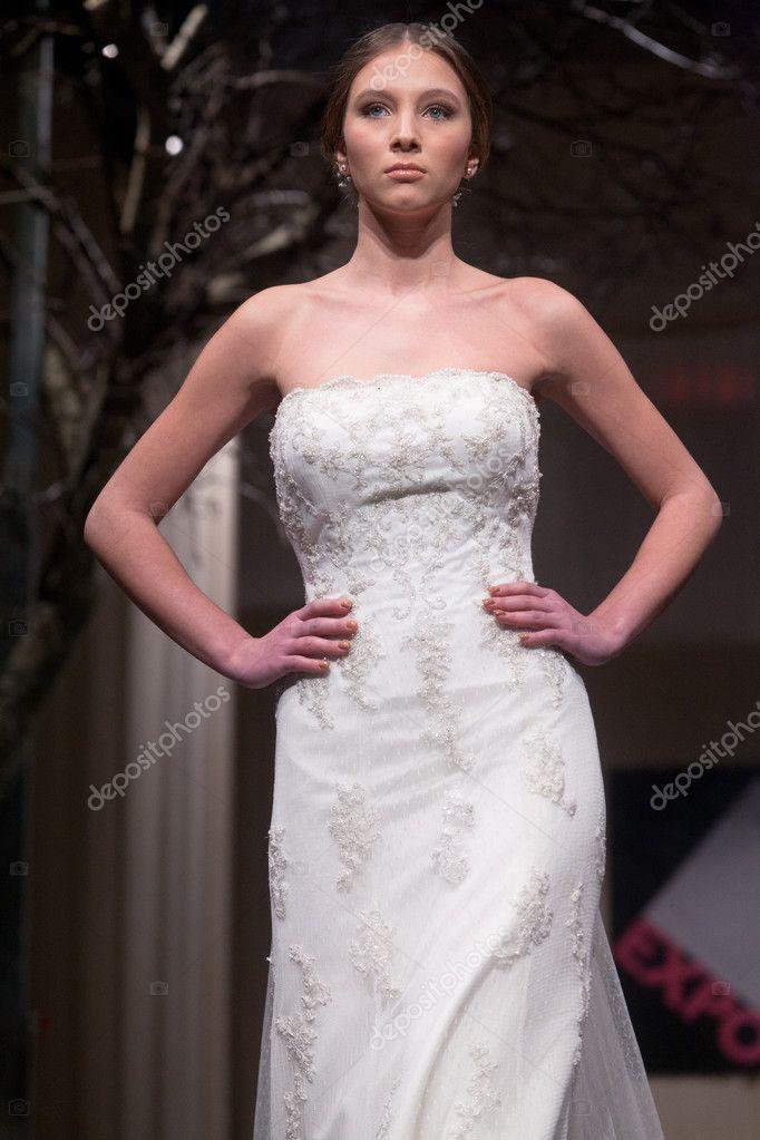 a7295b4d8709 sfilata di moda abiti da sposa — Foto Editoriale Stock © portokalis ...