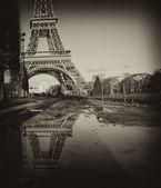 Fotografie černobílý pohled na Eiffelovu věž v Paříži
