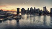 Fotografia tramonto invernale sul ponte di brooklyn, new york city