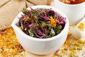 třecí miska a tlouček s léčivé byliny, zdravá čaj na dřevo