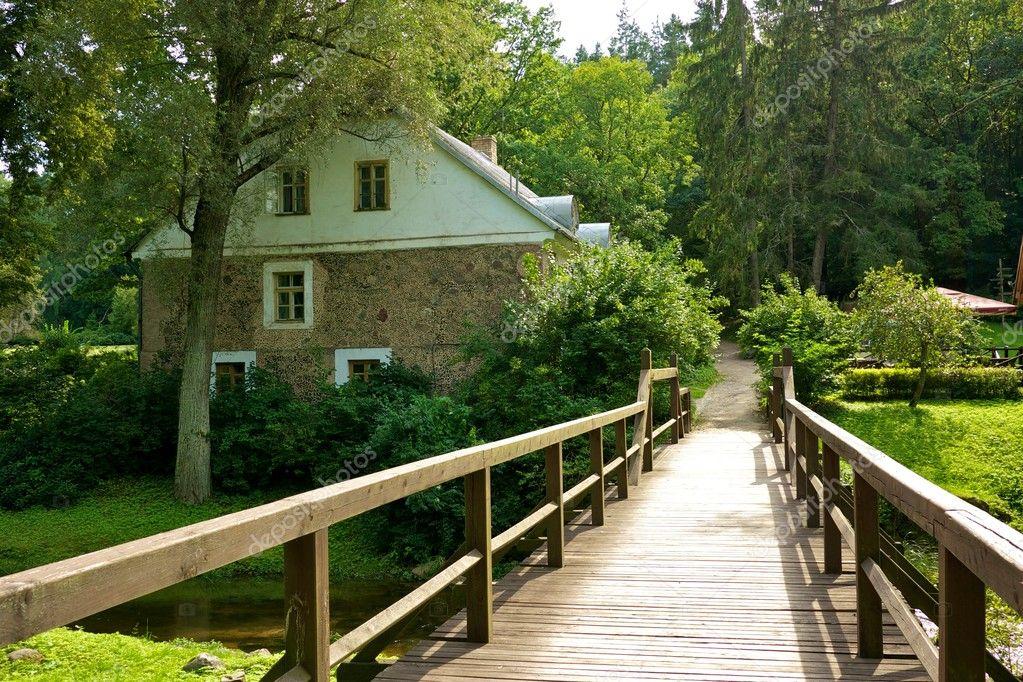 Case Di Pietra E Legno : Ponte di legno e una vecchia casa di pietra u2014 foto stock © nejron