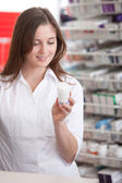 Frau Apotheker lesen Informationen zur Medizin