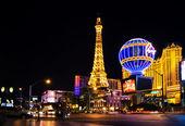 Nachtsicht vom Streifen auf den Nachbau des Eiffelturms in Paris