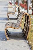 Dřevěné lavičce v slunečný den - zimní čas