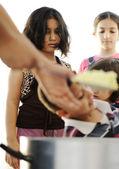 Éhes gyerekek a menekülttáborban, humanitárius élelmiszer forgalmazása