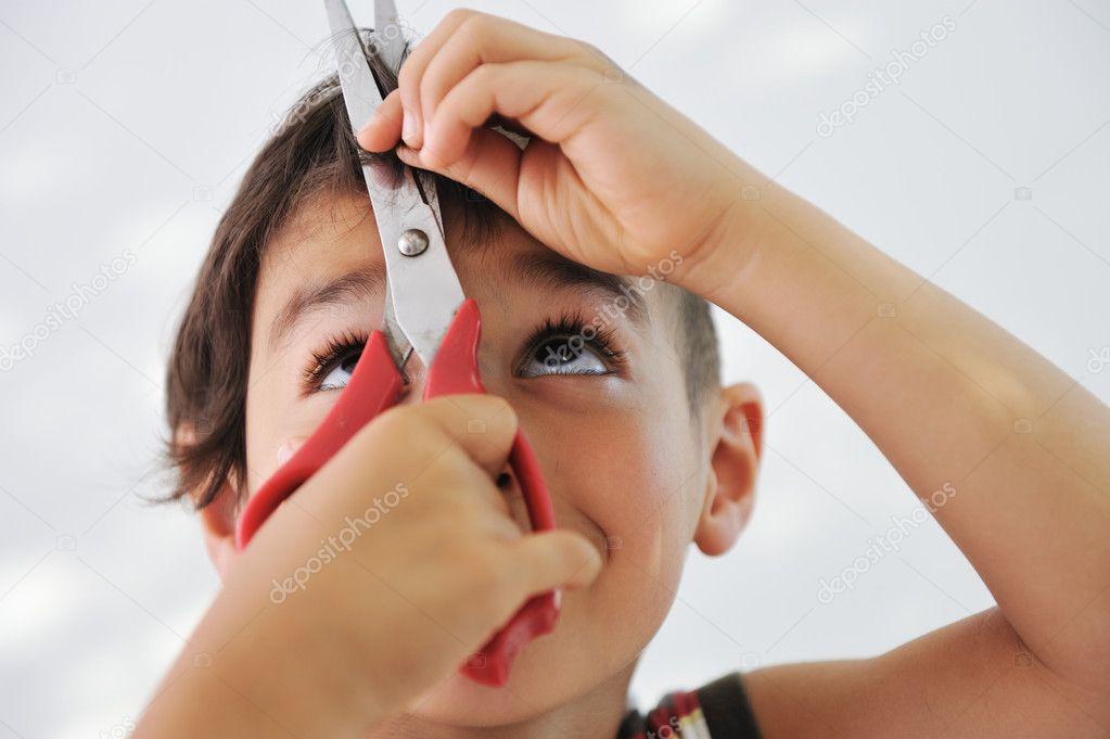 nio cortar el pelo a s mismo con las tijeras mirada graciosa