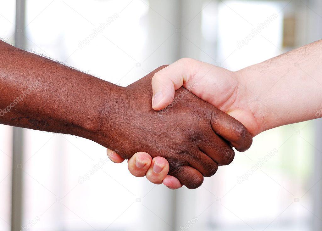 stringe la mano bianco e nero in ufficio foto stock