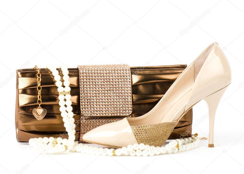 babf9ef2e3a Σέξι παπούτσια μόδας, χρυσά κοσμήματα και τσάντα που απομονώνονται ...