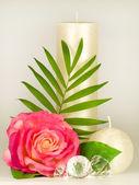 Fotografie romantische Stillleben mit Kerze in weiß und Rosa