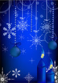 Blauer Christbaumschmuck und Kerzen