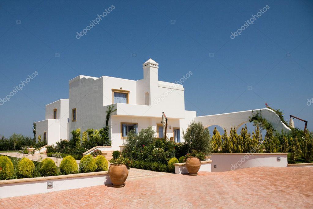 Maison moderne de luxe dans la couleur blanche ...