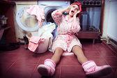 Fényképek fiatal háziasszony, mosógép és törölköző