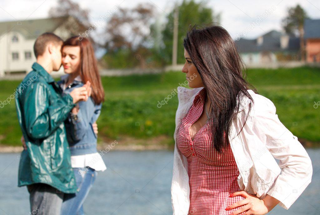 Сонник девушка гуляет с другим парнем