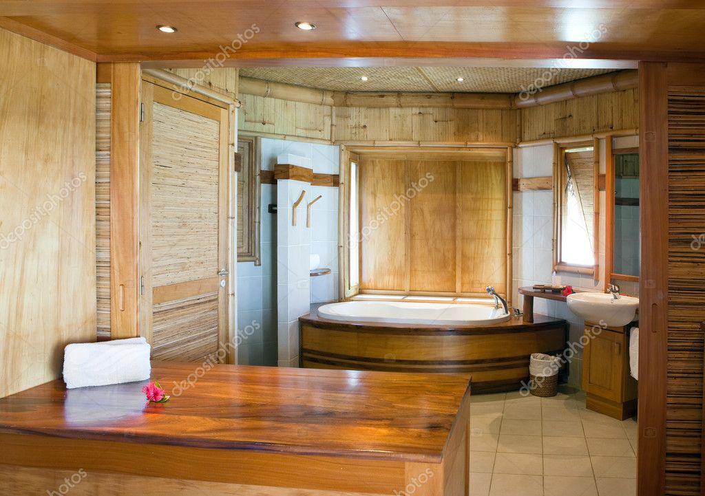 standaard tropische interieur van de badkamer afgewerkt met natuurlijke materialen stockfoto