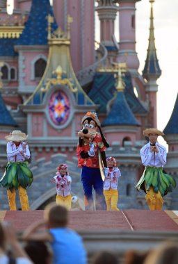 Goofy and dancers