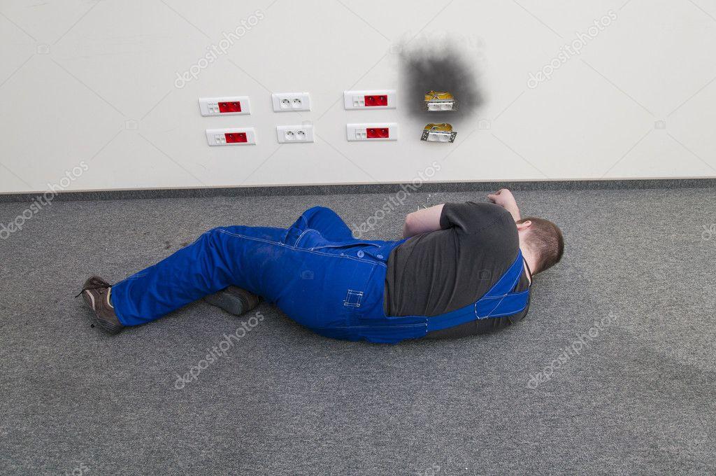 einen mann liegt auf dem boden mit elektroschocks stockfoto 9266351. Black Bedroom Furniture Sets. Home Design Ideas
