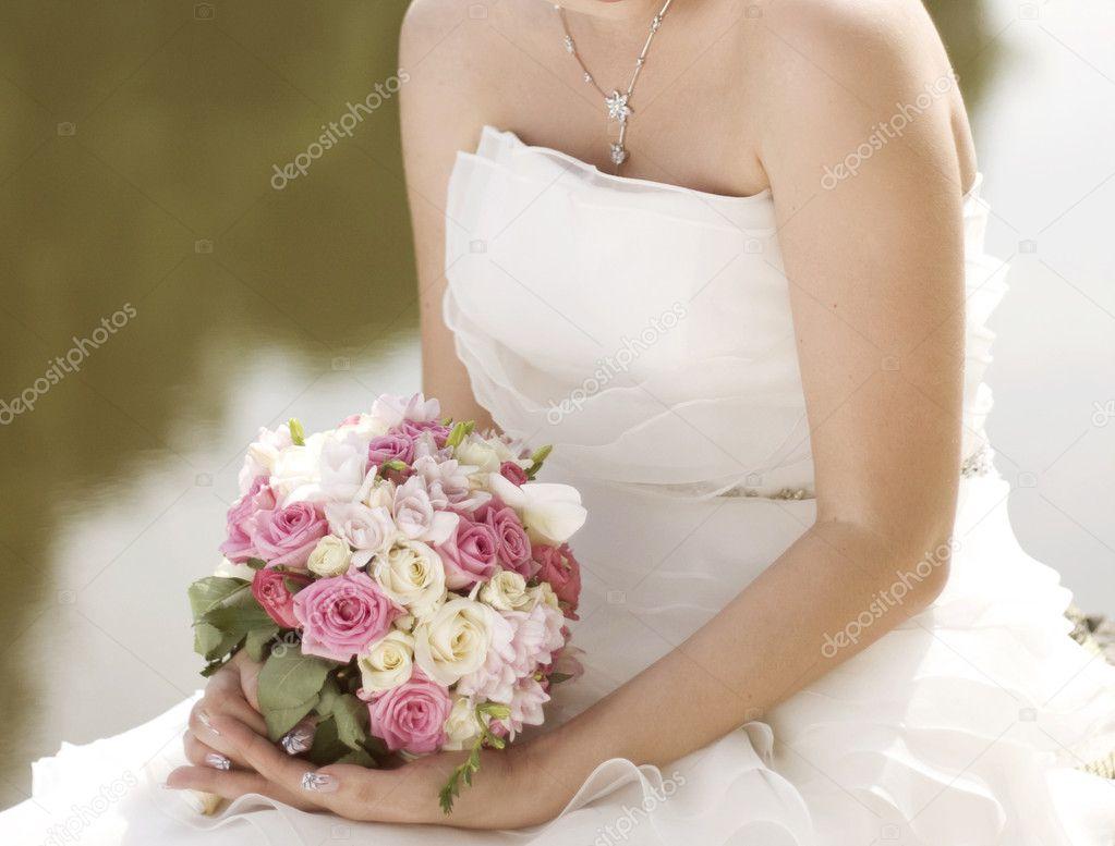 Rosa Und Weisse Hochzeitsstrauss Rosen In Den Handen Der Brid