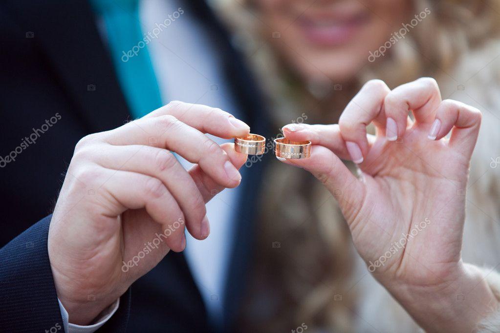 Фото обручальных колец на руках жениха и невесты