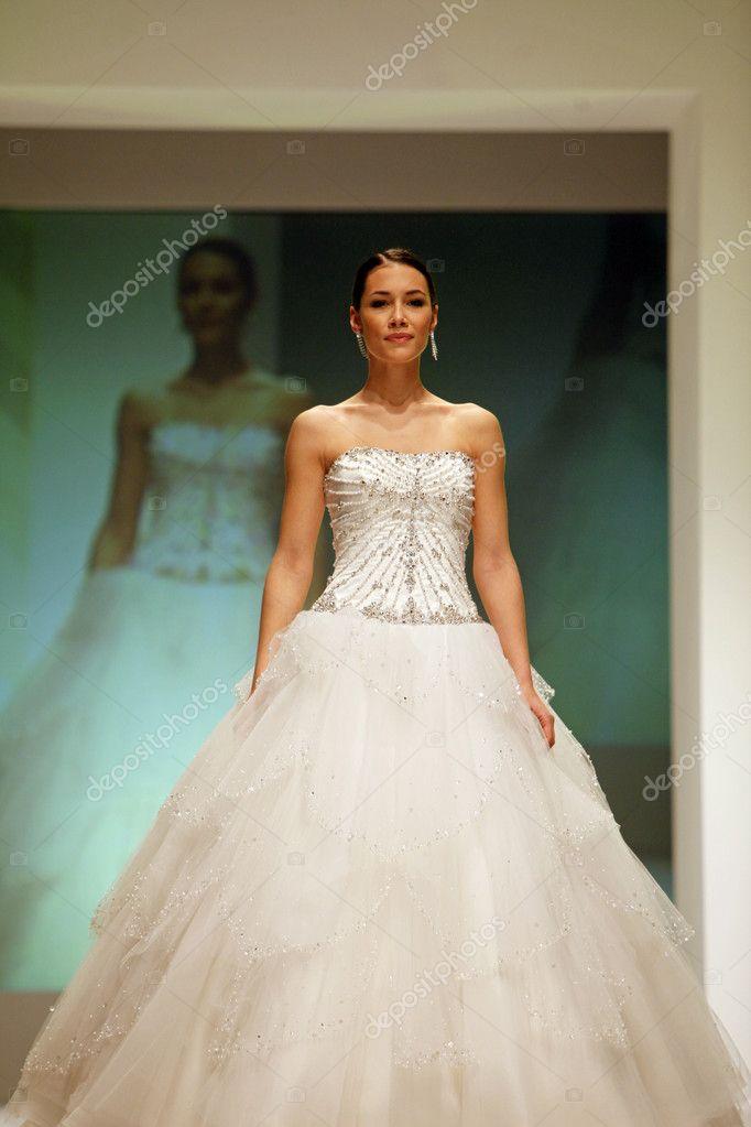 Brautkleider Modenschau — Redaktionelles Stockfoto © zatletic #9134356