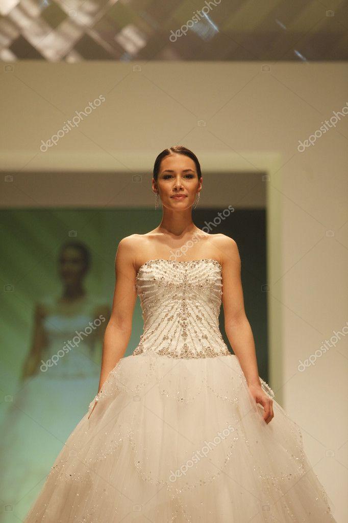 Zatletic Sfilata Foto Abiti — Di © Sposa Da Stock Moda Editoriale qRqPBwZ