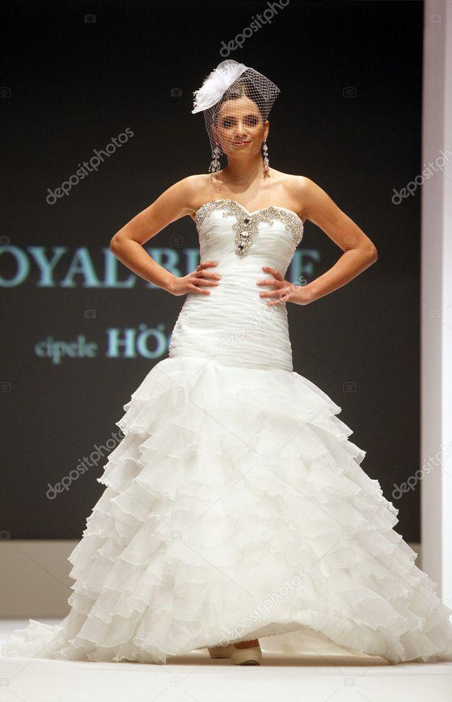 Brautkleider Modenschau — Redaktionelles Stockfoto © zatletic #9135748