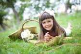 Fotografia bella ragazza fuori in un parco