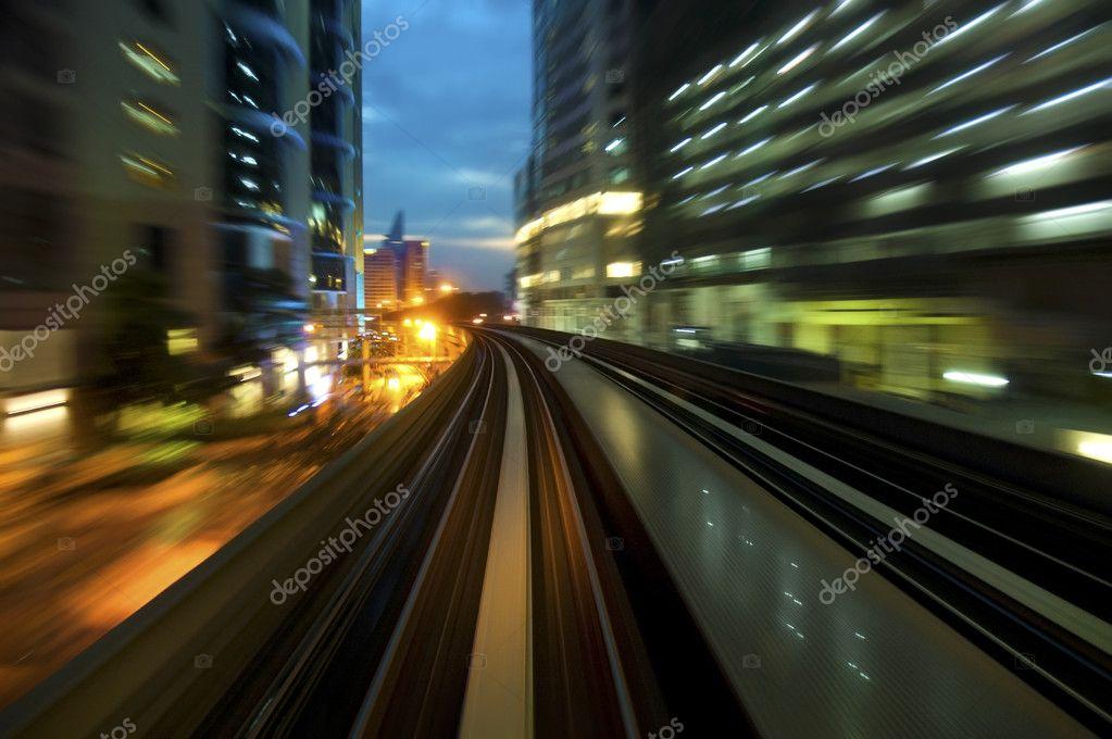 都市の夜のトラフィックを表示し...