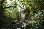 portrét romantické ženy v lese víla