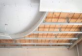 strop podvěsný, skládající se ze sádrokartonu