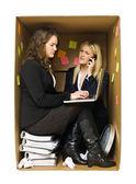 Fotografia donna in un piccolo ufficio