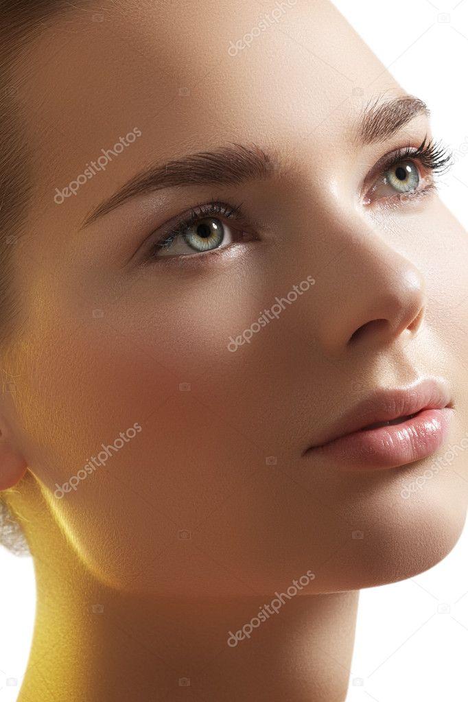 beaut naturelle close up portrait de belle jeune femme mod le visage avec une peau propre bien. Black Bedroom Furniture Sets. Home Design Ideas