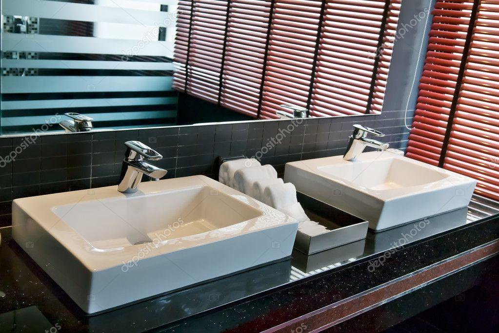 Vierkante Wasbak Badkamer : Twee vierkante wastafel in de badkamer u stockfoto ruslan