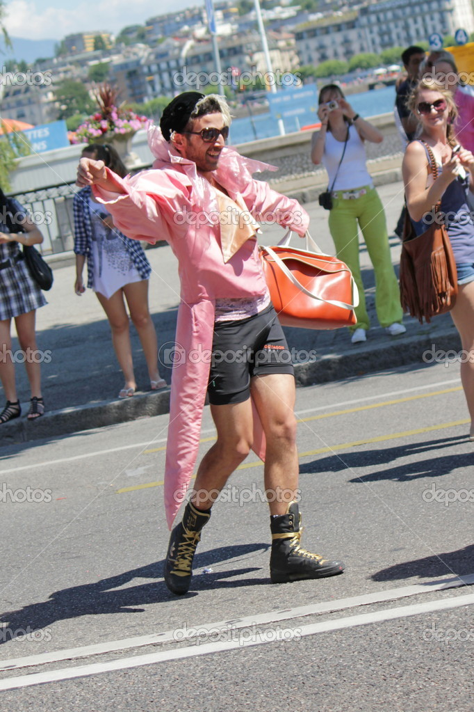 Homme gay en rose