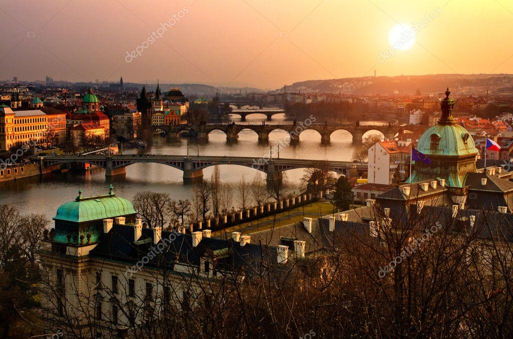 Панорамный вид на Карлов мост и закат Прага фары. Чехия, чешский r — Стоковое фото