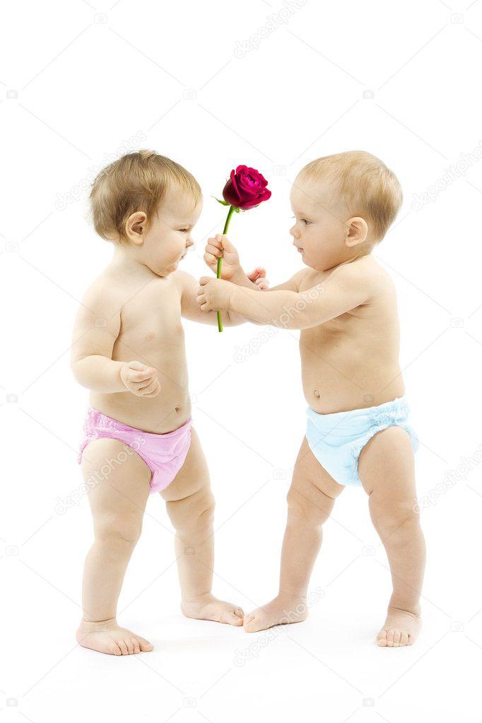 bebé niño presente color de rosa a una niña. los niños usan color ...