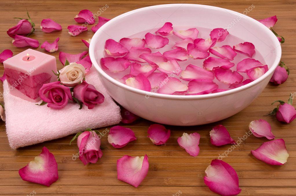 roses fra ches de roses vives p tales bougies et serviette dans un spa photographie bvdc01. Black Bedroom Furniture Sets. Home Design Ideas